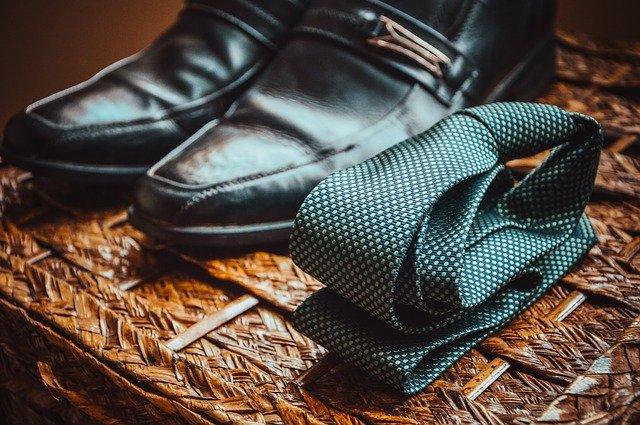 Schuhe und Krawatte